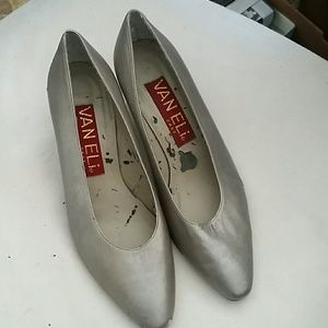 "Size 5-1/2 M Vaneli Pewter Color 2"" Pump"